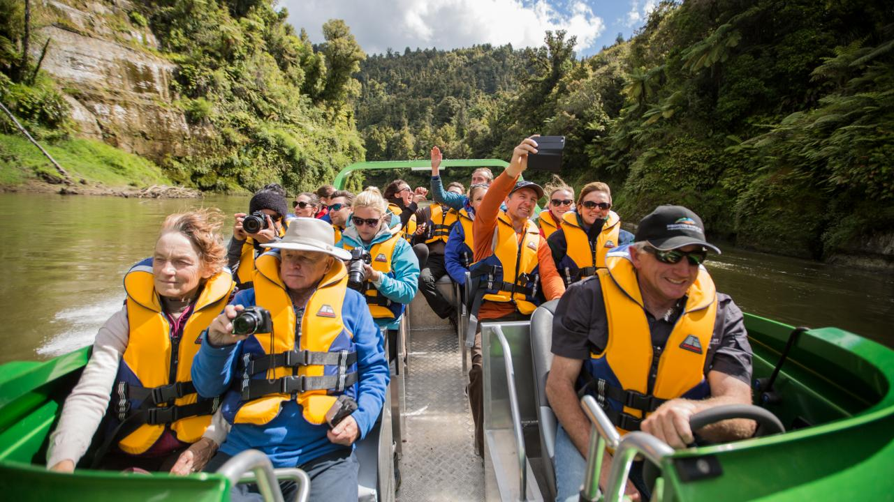 Middle reaches Whanganui River.